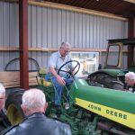 Per Larsen starter en af hans mange John Deere traktorer